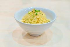 Riz frit d'ail thaïlandais avec le légume sur le dessus dans la cuvette blanche, sur W Photographie stock libre de droits