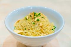 Riz frit d'ail thaïlandais avec le légume sur le dessus dans la cuvette blanche, sur W Image stock