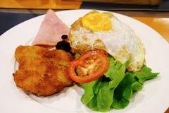 Riz frit d'Américain - la nourriture thaïlandaise a fait cuire avec du riz frit, le poulet frit, l'oeuf au plat et quelques légum Image stock