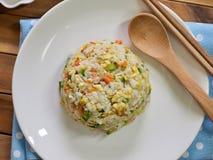 Riz frit d'oeufs végétaux asiatiques de nourriture photo libre de droits