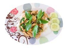 Riz frit de Basil avec le poulet sur le fond blanc photo libre de droits