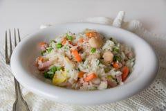 Riz frit de Chinois, avec des oeufs, des légumes et l'épice sur l'étiquette blanche Photo stock