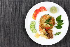 Riz frit de jasmin en cari vert avec de la viande mélangée photographie stock libre de droits