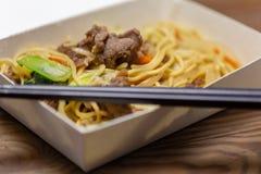Riz frit de porc chinois dans le panier-repas photographie stock