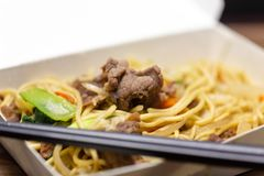 Riz frit de porc chinois dans le panier-repas photos stock