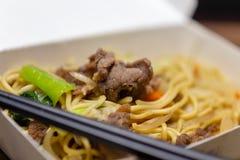 Riz frit de porc chinois dans le panier-repas images stock