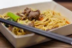 Riz frit de porc chinois dans le panier-repas image stock