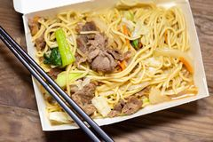 Riz frit de porc chinois dans le panier-repas photo stock