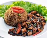 Riz frit de sauce de soja avec le poulet noir de sauce de soja Image stock
