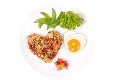Riz frit de saucisse chinoise et oeuf ensoleillé dans des formes de coeur Image libre de droits