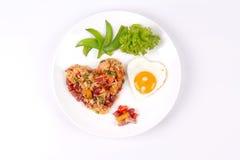 Riz frit de saucisse chinoise et oeuf ensoleillé dans des formes de coeur Photographie stock
