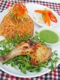 Riz frit de Stired avec le poulet en rouge chiên de gà de ¹ i de ` à de  Ä de sauce (á de ` de ¡ m Ä de CÆ») Image stock
