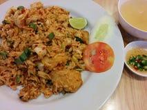 Riz frit de Tomyum avec de la sauce et le potage au poulet à poissons Images libres de droits