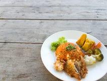 Riz frit, légumes de poulet frit sur une table en bois images libres de droits