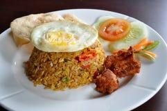 Riz frit servi avec le poulet frit de gens du pays Photos libres de droits