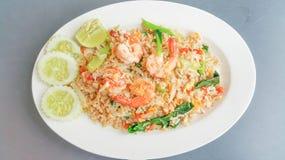Riz frit thaïlandais avec des crevettes roses Images libres de droits