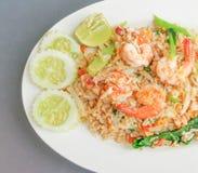 Riz frit thaïlandais avec des crevettes roses Photo stock