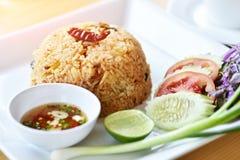 Riz frit thaïlandais avec le sauc épicé de Tom Yum Goong (crevettes roses) et de piment Photo libre de droits