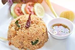 Riz frit thaïlandais avec le sauc épicé de Tom Yum Goong (crevettes roses) et de piment Photo stock