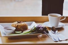Riz frit thaïlandais avec le sauc épicé de Tom Yum Goong (crevettes roses) et de piment Photographie stock