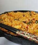 Riz frit thaïlandais et baguettes noires Images stock