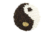 Riz noir et pilule blanche formant un symbole de yang de yin sur l'OE brun Images libres de droits