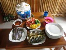 Riz, poissons, légumes et sambal Le repas le plus commun en Indonésie image libre de droits