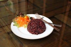 Riz riceberry cuit à la vapeur d'un plat photo libre de droits