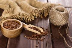 Riz rouge cru sur le bois brun photographie stock libre de droits