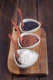 Riz rouge et noir et blanc dans des cuvettes Image stock