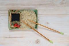 Riz, sauce, baguettes, piment Photographie stock