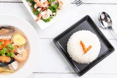 Riz thaïlandais cuit à la vapeur de jasmin dans le plat noir avec SA épicée de fougère de paco image stock