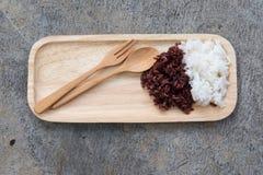 Riz thaïlandais cuit à la vapeur de Riceberry et Jasmine Rice thaïlandais image libre de droits
