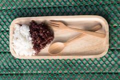 Riz thaïlandais cuit à la vapeur de Riceberry et Jasmine Rice thaïlandais Images stock