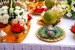 Riz thaïlandais offrant, poisson-chat, noix de coco, pamplemousse, banane images libres de droits