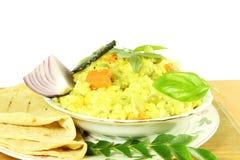 Riz végétal indien - khichdi avec le roti de pain de tortilla ou naan photo stock
