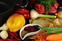 Riz, viande, légumes et épices crus Images libres de droits