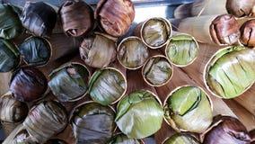 Riz visqueux cuit au four dans le cylindre en bambou photos libres de droits