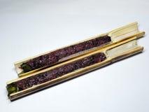 Riz visqueux cuit au four dans un cylindre en bambou photos stock