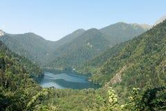 Riza jezioro wśrodku gór zdjęcia royalty free