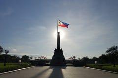 Rizal parkerar och Filippinernaflaggan royaltyfria bilder