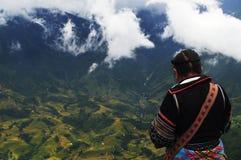 Rizières de négligence de femme de tribu de colline dans Sapa, Vietnam Photos stock