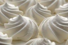 Rizos festivos para la torta blanca de la crema del merengue imagen de archivo