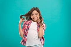 Rizos juguetones Extremidades de la belleza para el pelo ordenado Pelo brillante sano largo de la muchacha del niño llevar la rop fotografía de archivo libre de regalías