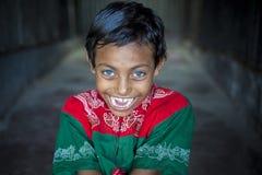 Rizvi 8 anni, un bambino di disattivare con gli occhi azzurri rari nel Bangladesh fotografia stock libera da diritti