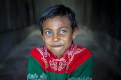 Rizvi 8 Jahre alt, ein Sperrungskind mit seltenen blauen Augen in Bangladesch Stockfoto
