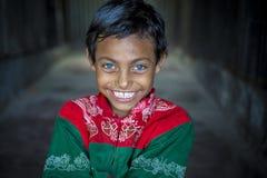 Rizvi 8 Jahre alt, ein Sperrungskind mit seltenen blauen Augen in Bangladesch Lizenzfreies Stockfoto