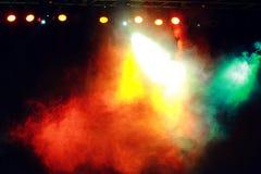 Rök i den mörka konsertbelysningen Royaltyfria Foton