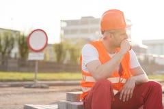 Röka cigaretten på konstruktionsplats Fotografering för Bildbyråer