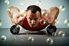 ręka człowieka ćwiczyć waży Fotografia Stock